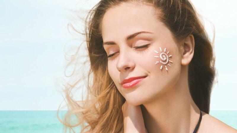 Cần thoa kem chống nắng bảo vệ da sau khi xóa mụn ruồi
